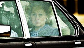 Iron Lady: Meryl Streep in auto sotto la pioggia in una scena tratta dal film