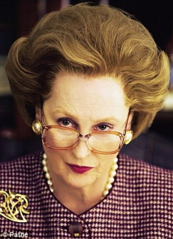Iron Lady: Meryl Streep somigliantissima all'originale Margaret Thatcher in una scena del film