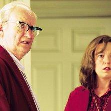 Jim Broadbent in una scena del film Iron Lady con Olivia Colman