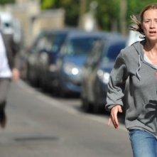 Karine Vanasse inseguita in una scena del thriller Switch