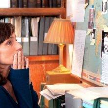 Kristin Scott Thomas presa dai suoi pensieri in una scena del dramma La chiave di Sara