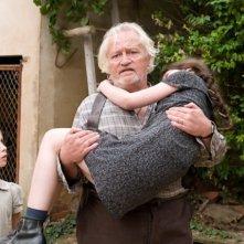 Niels Arestrup e Mélusine Mayance in una scena del film La chiave di Sara