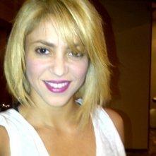 Shakira con il nuovo look: la cantante si è mostrata su Twitter con un caschetto biondo.