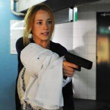 Switch: Karine Vanasse si difende con una pistola in una scena del film