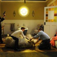 Tre uomini e una pecora: i quattro 'leoni' insieme all'ariete Ramsy in una scena del film
