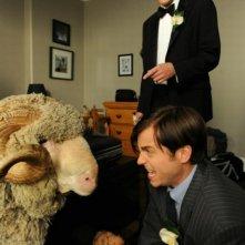 Tre uomini e una pecora: Kris Marshall, Kevin Bishop e l'ariete Ramsy in una scena del film