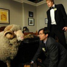 Tre uomini e una pecora: Kris Marshall, Kevin Bishop e la pecora Ramsy in una scena del film