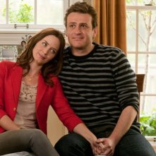 Emily Blunt e Jason Segel in una tenera immagine della romcom The Five-Year Engagement