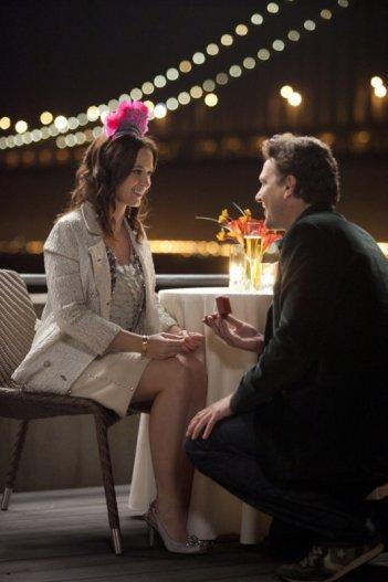 Jason Segel fa la sua proposta a Emily Blunt in The Five-Year Engagement