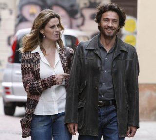 Vanessa Incontrada e Alessio Boni in una scena della miniserie di Canale 5, I cerchi nell'acqua
