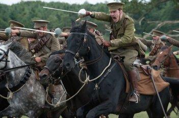 Benedict Cumberbatch in una scena d'azione di War Horse