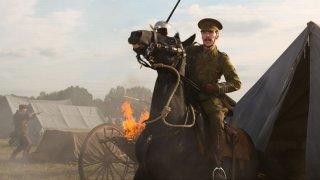 Benedict Cumberbatch su un cavallo imbizzarrito in una scena di War Horse