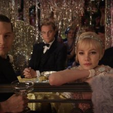 Carey Mulligan, Tobey Maguire, Leonardo DiCaprio e Joel Edgerton in un'elegante immagine di The Great Gatsby