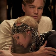 Leonardo DiCaprio e Carey Mulligan si abbracciano teneramente in The Great Gatsby