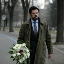 Pierfrancesco Favino con un mazzo di fiori in una scena del film L'industriale