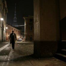 Pierfrancesco Favino in una scena del film L'industriale sullo sfondo della Mole Antonelliana