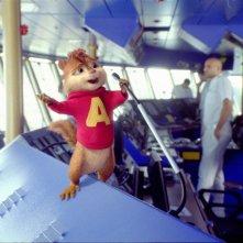 Alvin parla al microfono della nave da crociera in una scena Alvin Superstar 3 - Si salvi chi può!