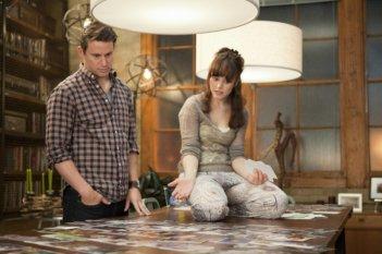 Channing Tatum e Rachel McAdams guardano delle foto in una scena della commedia sentimentale The Vow