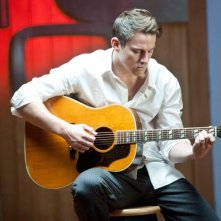 Channing Tatum suona la chitarra in una scena di The Vow