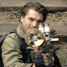 Emile Hirsch punta la sua arma in una scena d'azione del film L'ora nera