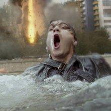 L'ora nera: Emile Hirsch cerca di non annegare in una scena del thriller fantascientifico