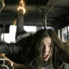 Olivia Thirlby aggrappata ai sostegni di un autobus in una scena d'azione de L'ora nera