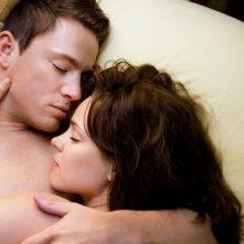 Rachel McAdams abbracciata a Channing Tatum in una tenera scena del film The Vow