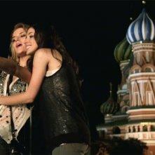 Rachel Taylor e Olivia Thirlby immortalano la piazza rossa in una scena de L'ora nera