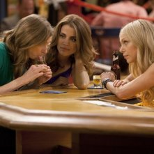 Are You There, Chelsea?: Lauren Lapkus, Natalie Morales e Laura Prepon in una scena del pilot