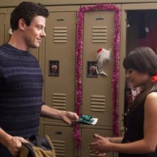 Glee: Cory Monteith e Lea Michele in una scena dell'episodio natalizio Extraordinary Merry Christmas
