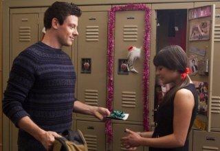 Glee: Cory Monteith e Lea Michele in una scena dell'episodio natalizio Extraordinary Merry Christmas