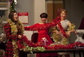 Glee: Jenna Ushkowitz, Lea Michele e Dianna Agron in una scena dell'episodio natalizio Extraordinary Merry Christmas