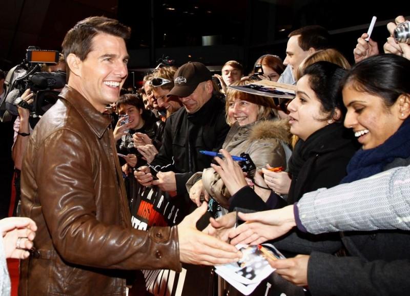 Tom Cruise firma autografi sul red carpet di Mission: Impossible - Protocollo Fantasma a Monaco