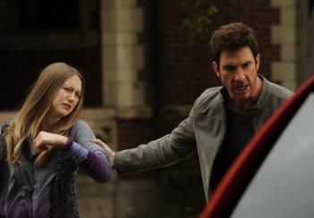 American Horror Story: Dylan McDermott trascina Taissa Farmiga fuori dalla Murder House in Birth, episodio della prima stagione