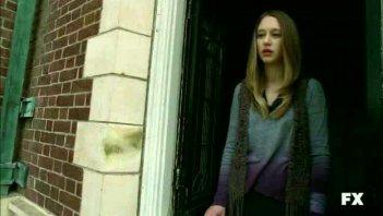 American Horror Story: Taissa Farmiga affacciata ad una delle finestre della Murder House in nell'episodio Birth
