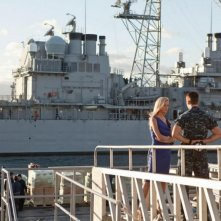 Battleship: Brooklyn Decker in una scena del film parla con Taylor Kitsch