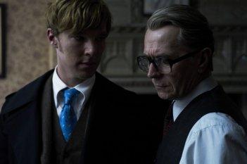Gary Oldman in una scena del film La talpa insieme a Benedict Cumberbatch