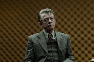 La talpa: John Hurt in una scena del film