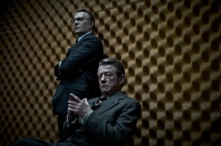 La talpa: John Hurt in una scena del film insieme a Gary Oldman