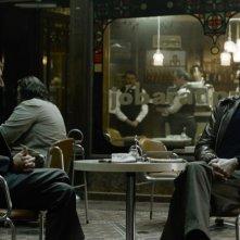 Mark Strong in una scena del film La talpa insieme a Zoltán Mucsi