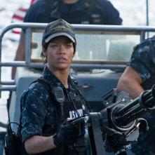Rihanna guarda verso il cielo in una scena d'azione di Battleship