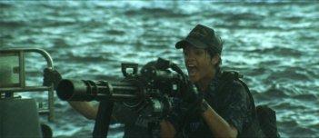 Rihanna in azione in una scena di Battleship