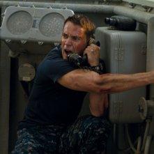 Taylor Kitsch in una frenetica scena del fantascientifico Battleship