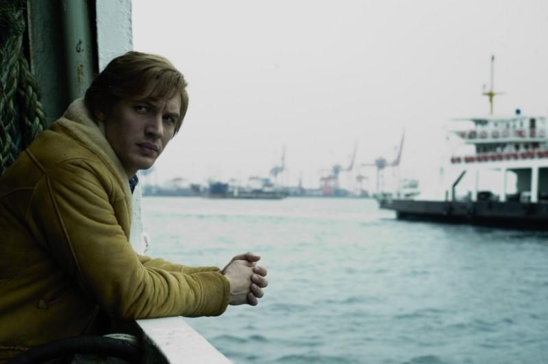 Tom Hardy si affaccia sul mare in una scena del film La talpa
