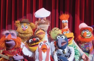 I Muppet: un gruppetto di pupazzi canterini sul palcoscenico in una scena del film