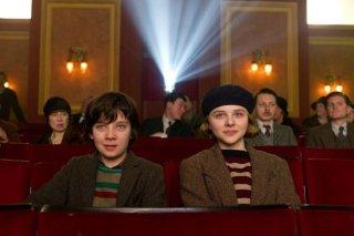 Asa Butterfield al cinema con Chloe Moretz in una scena di Hugo Cabret 3D