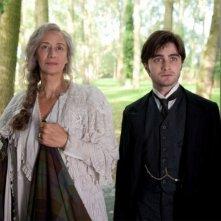 Daniel Radcliffe insieme a Janet McTeer in una scena del film The Woman in Black