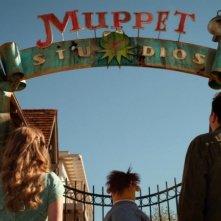 I Muppet: i protagonisti del film sotto l'insegna dei Muppet Studios in una scena del film