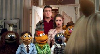 I Muppet: Jason Segel insieme a Amy Adams, Rowlf the Dog, Scooter, Fozzie Bear, Walter e Gonzo il Grande in una scena del film