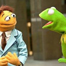 I Muppet: Kermit e Walter parlano in una scena del film